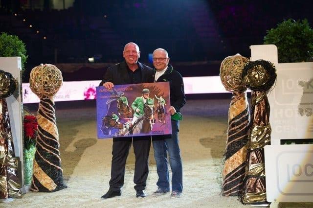 Veranstalter Josef Göllner überreichte Thomas Frühmann seinen Amadeus Award in Form einer Collage seines 'The Sixth Sense'. © Nini Schäbel