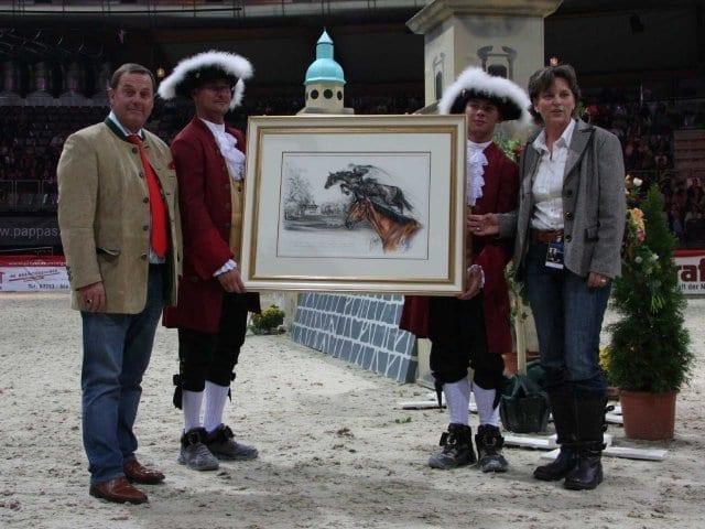 Preisträger Udo Chistée mit dem Gemälde und Künstlerin Jana Harder © Salzburg-Cityguide
