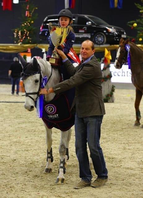Große Pokale für kleine Stars - Lilli Collee (GER/Unique Prince) freute sich mit Rupert Ziller über den Sieg. © Fotoagentur Dill