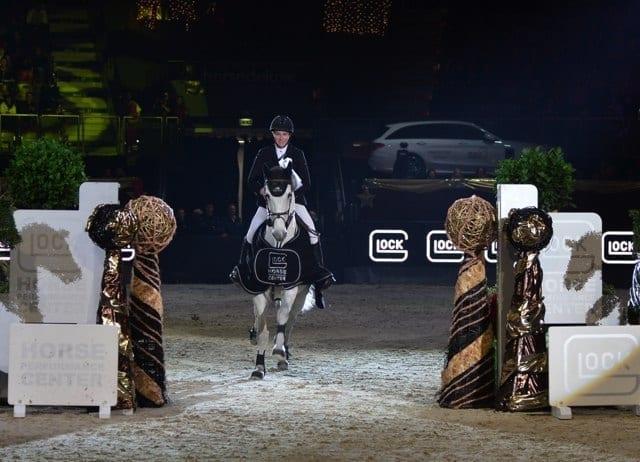 Amy Graham (AUS) und ihr Bella Baloubet auf ihrer Ehrenrunde im Gaston Glock's Championat Salzburg. © studiohorst / GHPC