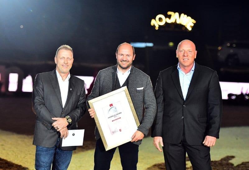 Friedrich Lixl (Georg Pappas Automobil AG) erhielt den Amadeus Award von Veranstalter Josef Göllner (rechts). Gerald Reiter (CEO Mevisto, links) überreichte einen zweikarätigen Edelstein. © Daniel Kaiser - im|press|ions