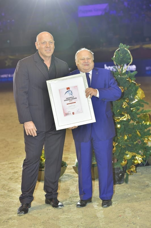 Josef Priller (Nürnberger Versicherungsgruppe) erhielt von Josef Göllner (Veranstalter Mevisto Amadeus Horse Indoors) den Amadeus Sonder Award. © Fotoagentur Dill