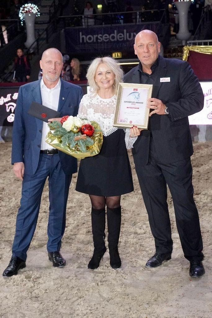 Iris und Gerhard Porsche wurden mit dem Amadeus Award 2016 ausgezeichnet. Gerald Reiter (Mevisto) und Veranstalter Josef Göllner gratulierten. © Salzburg CityGuide