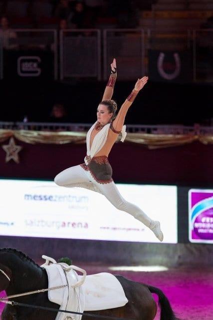 Regina Burgmayr (GER) erturnte Rang zwei im FEI World Cup™ Vaulting Bewerb. © Michael Graf