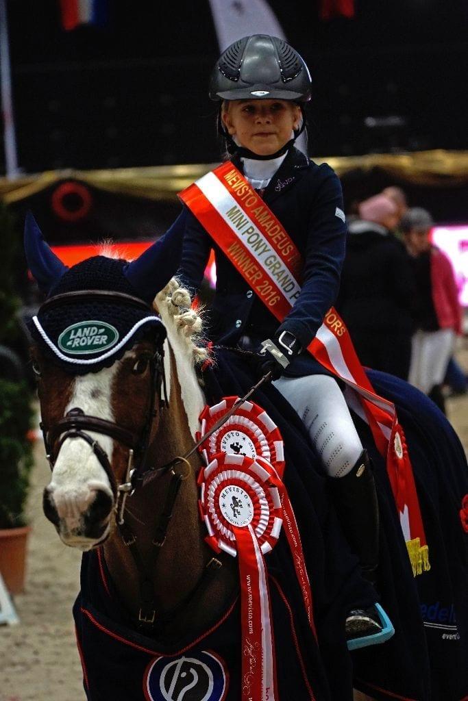 Ava Ferch und ihr Pony Schweinsteiger sind die Sieger der s.Oliver Super Mini Pony Tour. © Salzburg City Guide