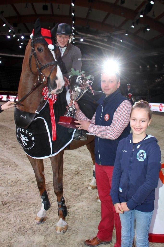 Berthold Kirchtag (Fixkraft) gratuliert Hanna Gasser zum Sieg im Fixkraft Small Amateur Tour Opening. © Salzburg CityGuide