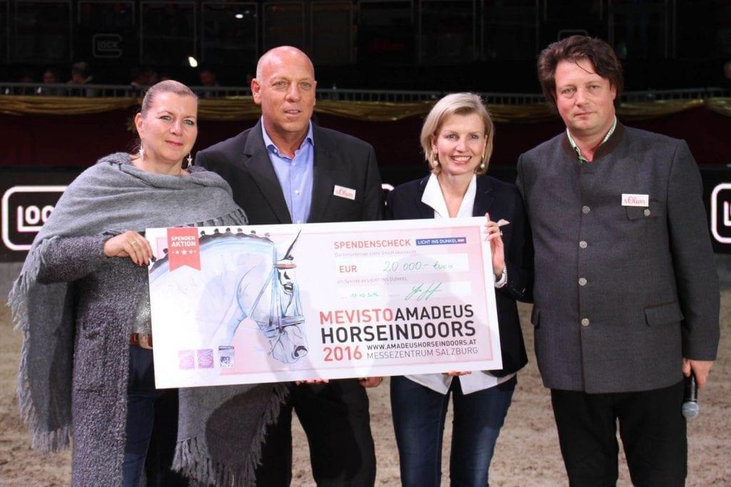 Veranstalter Josef Göllner und Sportdirektor Thomas Kreidl überreichten einen Scheck von 20.000 Euro an Licht ins Dunkel. © SalzburgCityguide