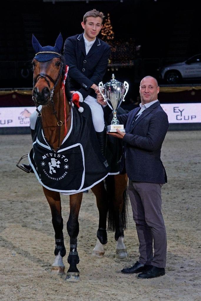 Gerald Markel (R34 Immobilienbesitz GmbH) gratulierte dem EY Cup Qualifikationssieger Philip Houston (GER) auf Chaquilot im Namen der EY Cup Sponsorengruppe. © Salzburg CityGuide