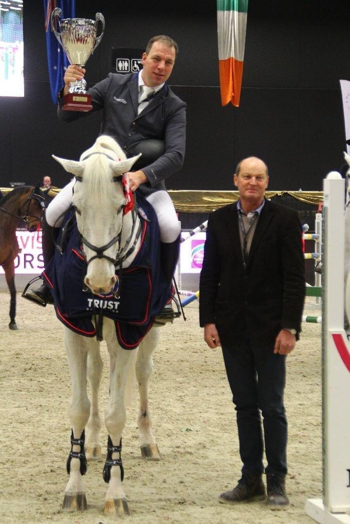 Rupert Ziller gratulierte dem Finalsieger Thomas Holz im Namen des Veranstalters. © Fotoagentur Dill