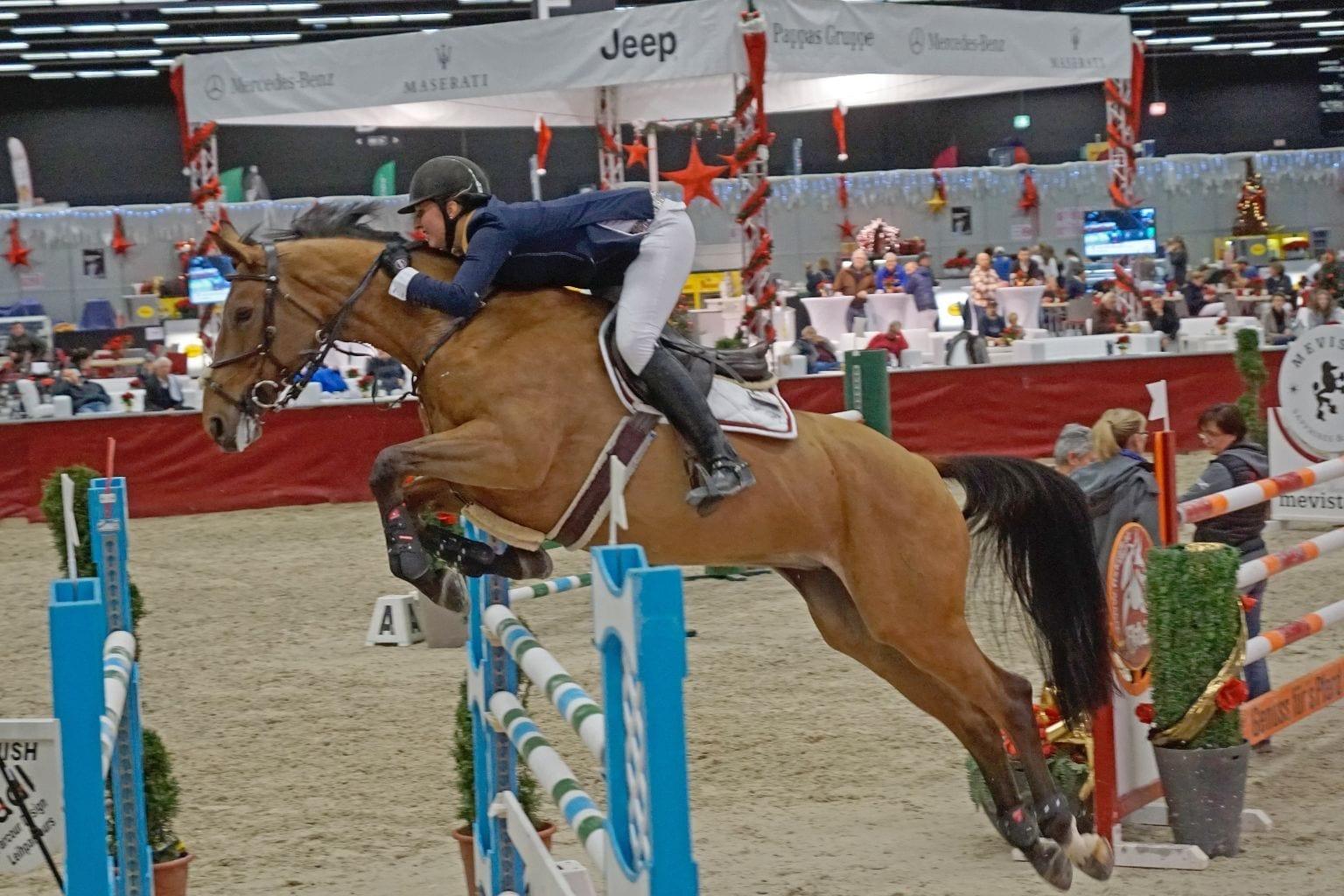 Theresa Pachler und Candina auf dem Weg zum Sieg in der CSI2* Small Tour der Mevisto Amadeus Horse Indoors. © Salzburg City Guide
