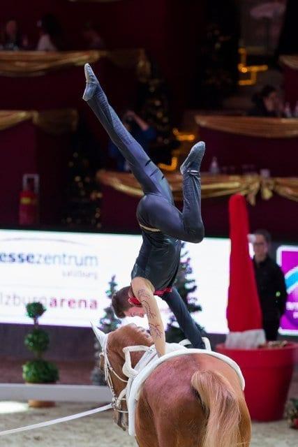 Der Österreicher Ramin Rahimi liegt nach Runde eins im FEI World Cup™ Vaulting von Salzburg auf Platz acht. © Michael Graf