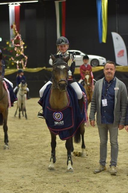 Die stolze Siegerin der Orthovet Big Pony Tour: Jennifer Tiller (GER) auf Davidoff AG. © Fotoagentur Dill