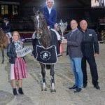 Jennifer Göllner, Gerald Markel und Josef Göllner gratulierten Simon Widmann zum Sieg. © Salzburg City Guide