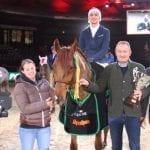 Wolfgang Pirker gratulierte seinem Sieger Dominik Juffinger im Namen von Alpenspan. © SalzburgCityguide