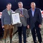 Amadeus Award Träger Dr. Ernst Griebnitz (Mitte) mit Veranstalter Josef Göllner (rechts) und Amadeus Horse Indoors Sportdirektor Thomas W. Kreidl (links). © SalzburgCityguide