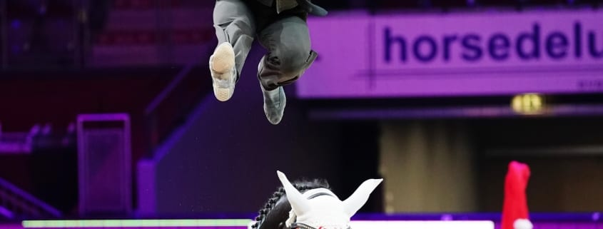 Am Rücken von Rosenstolz voltigierte der Pas de deux-Weltmeister Lorenzo Lupacchini zum Weltcupsieg von Salzburg. © Andrea Fuchshumer