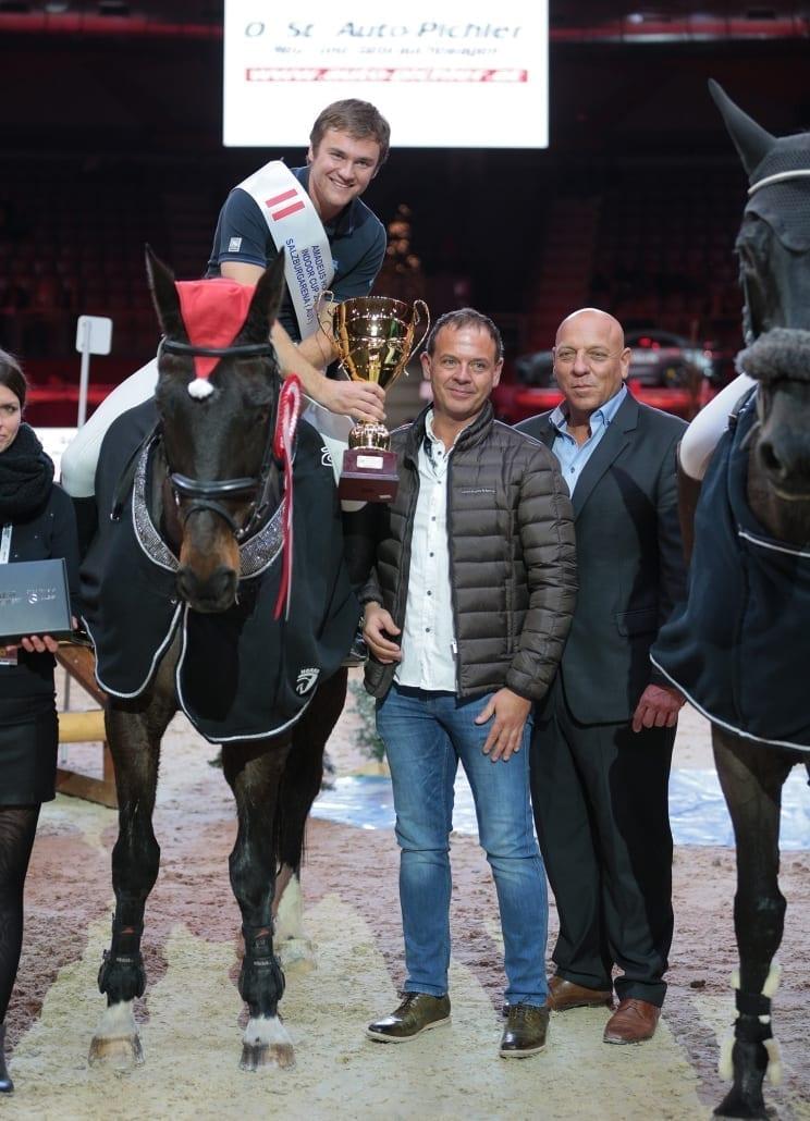 Peter Pichler (2. von rechts) gratulierte Fabian Held gemeinsam mit Veranstalter Josef Göllner (rechts) zu seinem Sieg im Auto-Pichler Indoor Cup. © Fotoagentur Dill