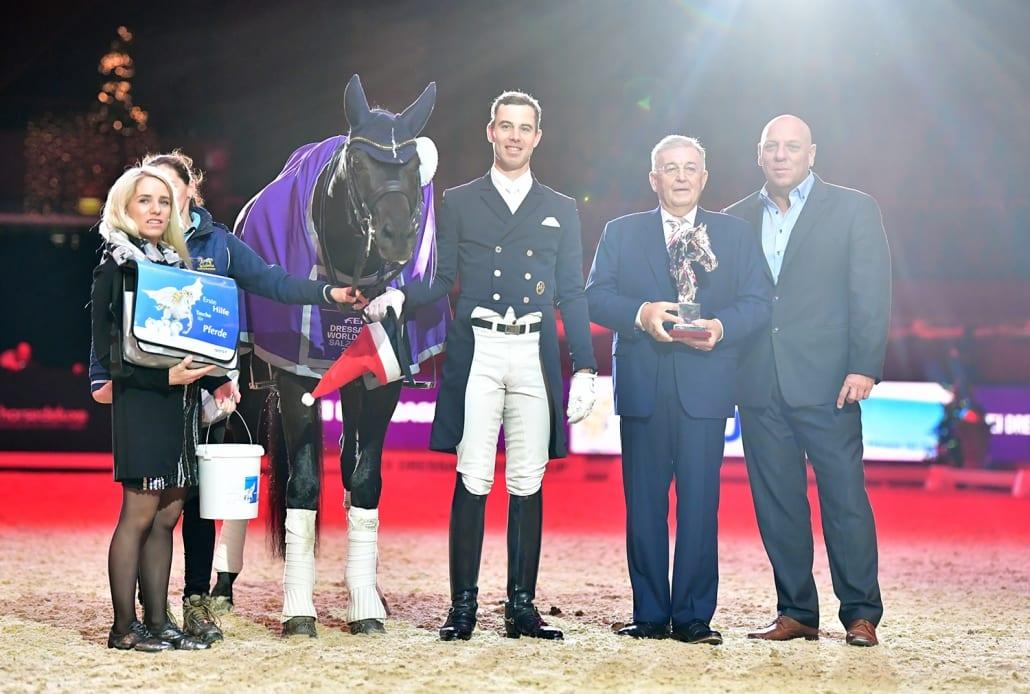 Siegerehrung im Weltcup Grand von Salzburg (von links nach rechts): Jennifer Häusler-Göllner, Patrik Kittel, Dr. Gerhard Meyer von iWest und Josef Göllner. © Daniel Kaiser