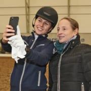Sympathisch! Isabell Werth nahm sich Zeit für unzählige Selfies. © Salzburg-Cityguide