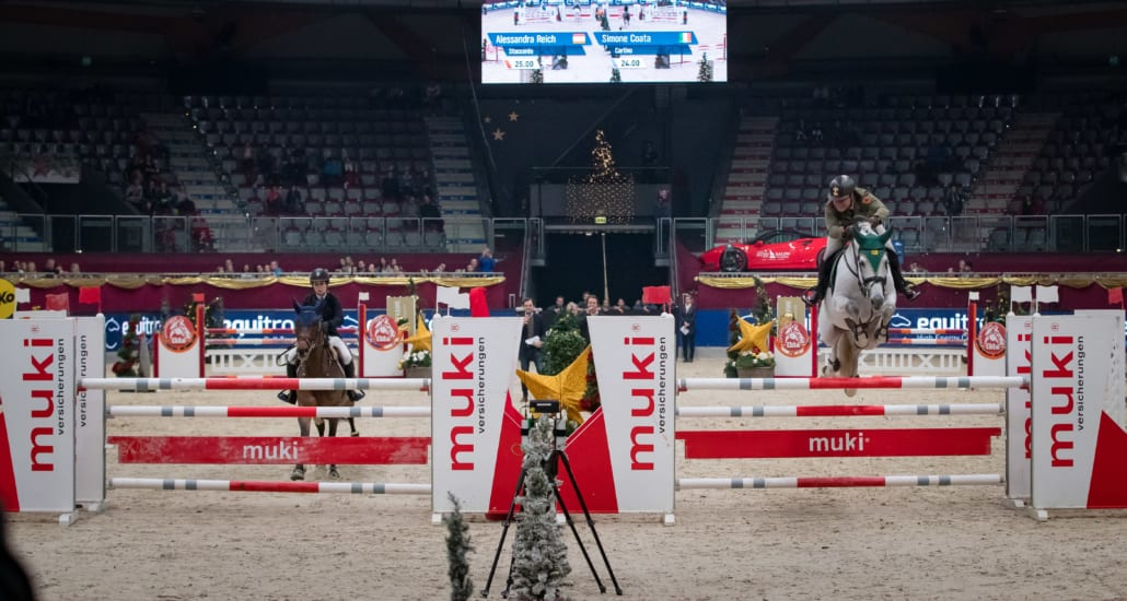 Spannung pur bot das PRO EQUITRON AGAINST THE WORLD K.O.-Springen über 1,30 m in der Salzburgarena. © Michael Graf