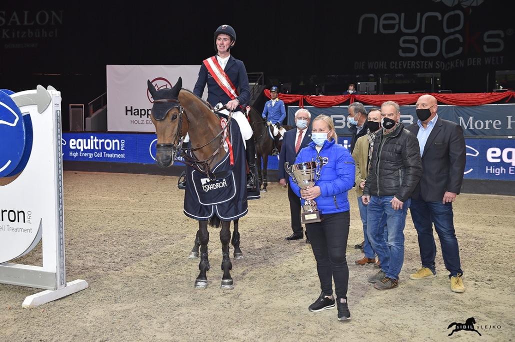 Siegerehrung im equitron-pro Grand Prix mit Karin Reichel von equitron-pro. © Sibil Slejko