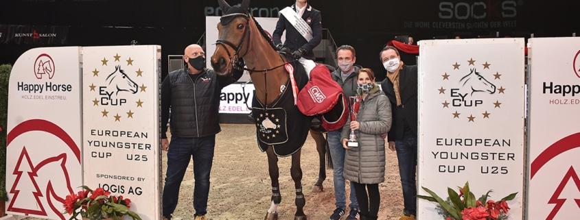 Carina Hindelang, Otto Hofer (Happy Horse), Sebastian Schaller (CWD) und Josef Göllner gratulieren Nils Carstensen (GER) zum Gesamtsieg im EY Cup Finale presented by Happy Horse. © Sibil Slejko